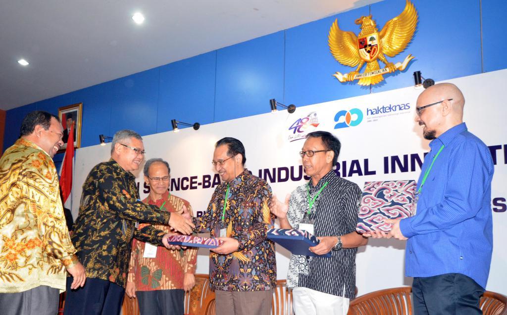 """Kepala Lembaga Ilmu Pengetahuan Indonesia ( LIPI) , Prof, Dr. Iskandar Zulkarnain (kedua dari kiri) didampingi Direktur Jenderal Penguatan Inovasi Kementrian Riset,Teknologi,dan Pendidikan Tinggi,Dr.Ir Jumain Appe, MSi(kiri) menyerahkan penghargaan kepada Direktur Manufaktur PT Kalbe Farma Tbk, Pre Agusta saat kegiatan pemberian penghargaan LIPI Science- Based Industrial Innovation Awards 2015 sekaligus peluncuran buku """"Persepsi Masyarakat Indonesia Terhadap IPTEK"""" di Jakarta, Rabu (2/9).Kalbe yang merupakan pemenang penghargaan ini di tahun sebelumnya dalam kategori Life Science tersebut menjadikan kesamaan dengan visi misi Kalbe Farma untuk menjadi perusahaan produk kesehatan Indonesia terbaik yang didukung oleh inovasi, merek yang kuat, serta manajemen yang prima guna meningkatkan kesehatan dan kehidupan masyarakat Indonesia yang lebih baik. AKTUAL/EKO S HILMAN"""