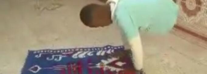 Subhanallah, Video Anak Cacat Fisik Sedang Salat Dipuji Ribuan Netizen