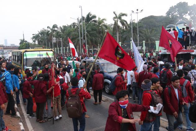 Tidak Puas Kinerja Jokowi Jk Mahasiswa Bakar Ban Di Depan Gedung Dpr