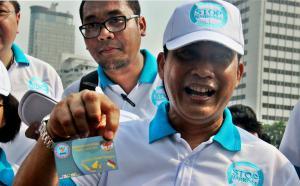 Kepala Badan Narkotika Nasional (BNN) Komjen Pol. Budi Waseso saat menunjukan kartu Gerakan Nasional Tanpa Narkoba (GNTN) saat di Bunderan HI, Jakarta, Minggu (8/11/2015). Kegiatan tersebut merupakan bagian dari kampanye anti narkoba yang mana telah terjadi peningkatan penyalahgunaan dan pecandu narkoba di tahun 2015.