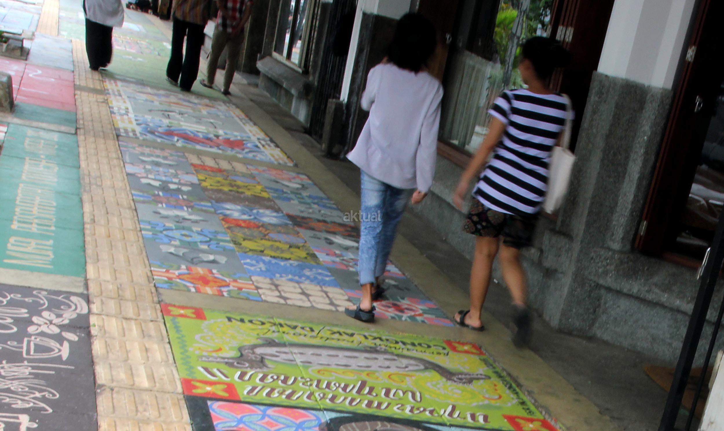 Mural menghiasi pedestarian di jalan cikini aktual com for Mural yang cantik