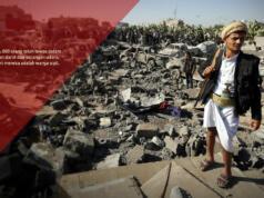 Seorang anggota milisi Houthi terus melihat kehancurkan akibat perang di kota Sana'a, Yaman (Aktual/Foto: Yahya Arhab / EPA)