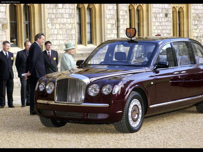 Ratu Inggris dengan Bentley State Limousine Miliknya
