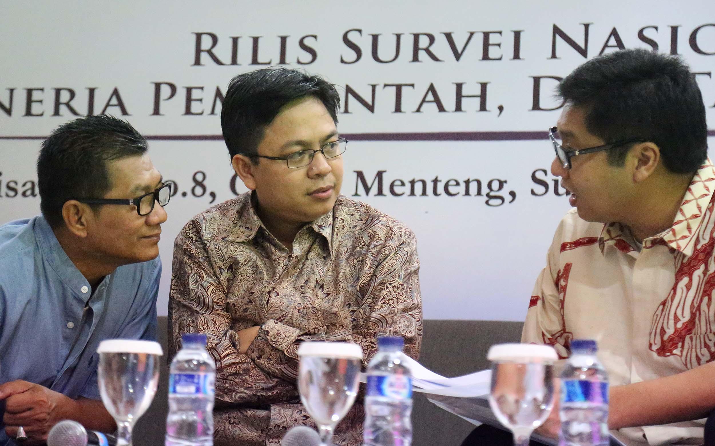 Anggota DPR Fraksi PDIP Maruarar Sirait (kanan) disaksikan Pengamat Politik Burhanudin Muhtadi (tengah), Anggota DPR Fraksi Golkar Agun Gunanjar (kedua kiri), menyampaikan pandangannya saat diskusi hasil Survei SMRC mengenai Kinerja Pemerintah, Dua Tahun Pilpres di Jakarta, Minggu (24/7/2016). Hasil survei SMRC menunjukan bahwa 67 persen warga Indonesia menyatakan puas dengan kinerja Jokowi dan 30 persen menyatakan tidak puas, selain itu sebanyak 72 persen rakyat Indonesia yakin kepemimpinan Jokowi membawa Indonesia lebih baik dan 22 persen tidak yakin.