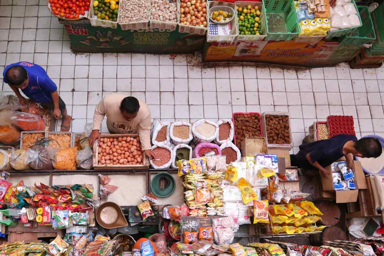 Pedagang melayani pembeli di pasar tradisional kawasan Tebet, Jakarta, Jumat  (5/8). Badan Pusat Statistik (BPS) melaporkan peningkatan konsumsi rumah tangga memberikan kontribusi terhadap perekonomian Indonesia pada triwulan II-2016 yang tumbuh hingga 5,18 persen (yoy). Konsumsi rumah tangga itu didukung oleh pemberian gaji 13 dan 14 oleh pemerintah yang dimanfaatkan pada perayaan Lebaran serta sebagai persiapan dalam menghadapi tahun ajaran baru. AKTUAL/TINO OKTAVIANO