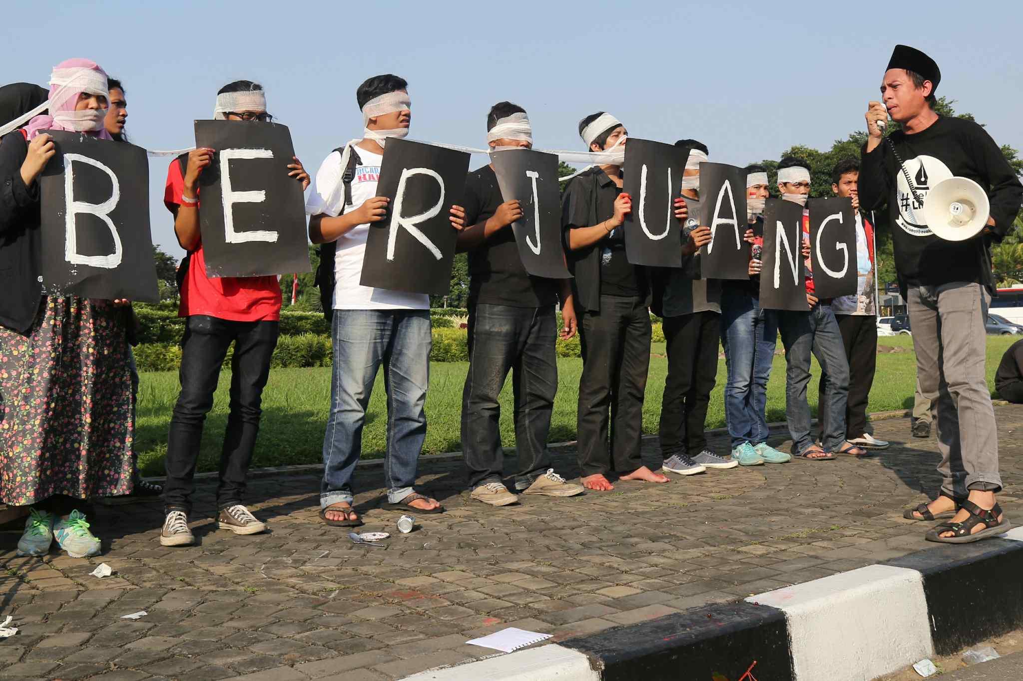Sejumlah peserta Sekolah Hak Asasi Manusia untuk Mahasiswa (SeHAMA) angkatan 8 dari Komisi untuk Orang Hilang dan Korban Tindak Kekerasan (KontraS) melakukan aksi di Tugu Tani, Jakarta, Sabtu (20/8). Aksi yang digelar sebagai refleksi 71 tahun kemerdekaan RI tersebut merupakan bentuk kepedulian dan perjuangan menuntut penyelesaian kasus pelanggaran hak asasi manusia yang terjadi di masa lalu hingga hari ini. AKTUAL/TINO OKTAVIANO