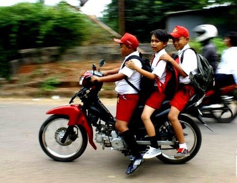 murid naik motor
