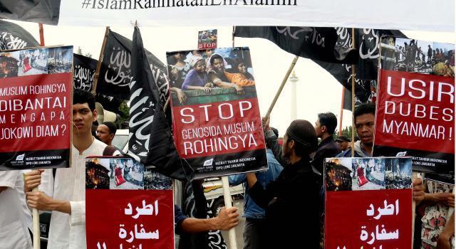 Ratusan massa Hizbut Tahrir Indonesia melakukan aksi tolak pembantaian muslim Rohingya di depan Istana Merdeka, Jakarta, Kamis (24/11/2016). Dalam aksinya Hizbut Tahrir Indonesia mendesak Jokowi untuk segera mengusir Duta Besar Myanmar dari Indonesia. AKTUAL/Munzir