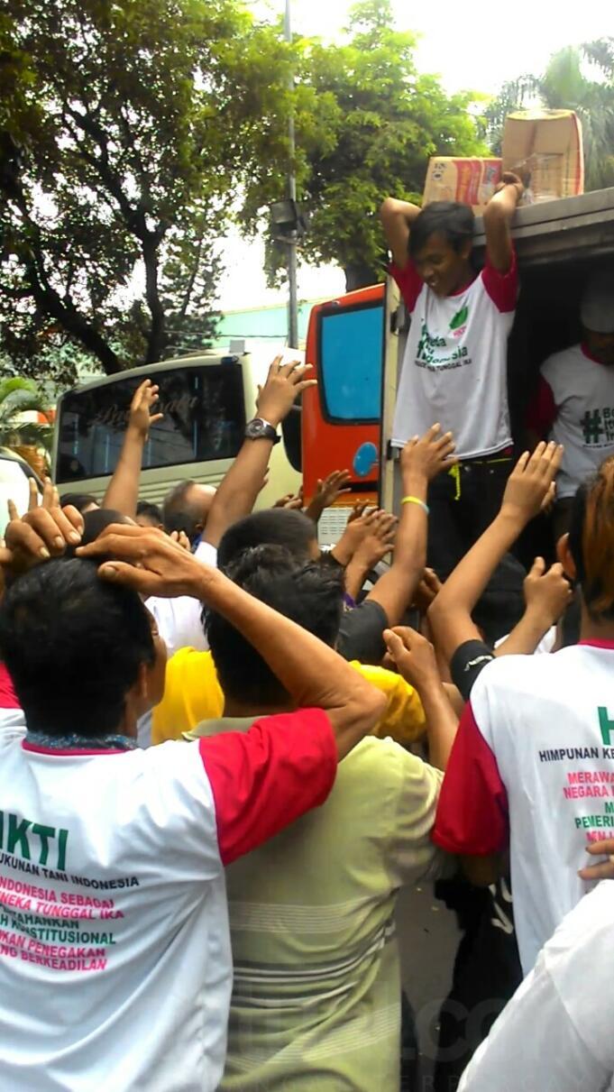 Kelaparan, Massa Parade Bhineka Tunggal Ika Ribut Rebutan Makanan