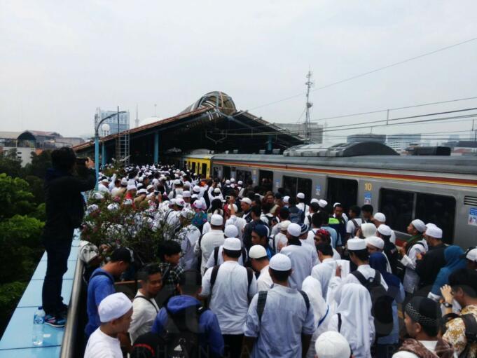 Jamaah Aksi Tiba di Stasiun Juanda untuk mengikuti aksi 4 November