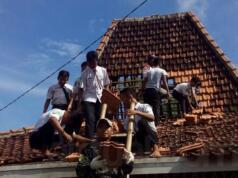 Belasan Pelajar SMP-SMA Bantu Perbaiki Rumah Rusak Akibat Puting Beliung (Foto: Dasuki)