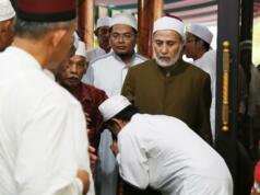 Maulana Syekh Yusri Rusydi Jabr Al Hasani saat akan mengikuti acara Majelis Ijazah Shalawat, Tahlil dan HaflahMaulid Akbar Nabi Muhammad SAW di Masjid Arraudhah, Desa Tambakasri, Tangkil, Tajinan, Malang, Jawa Timur, Jumat (27/1/2017). Dalam kesempatan tersebut, Syekh Yusri menjelaskan secara rinci Shalawat Yusriah, dimana Shalawat tersebut merupakan ilham yang beliau dapatkan saat melaksanakan ibadah umroh pada tahun 1432 H. AKTUAL/Tino Oktaviano
