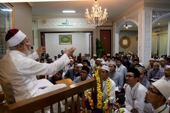 Ratusan jamaah Majelis Zawiyah Arraudah mendengarkan tausiyahnya Maulana Syekh Yusri Rusydi Jabr Al Hasani dalam acara pembacaan kitab amin al-I'lam bi anna attasawwuf min syariat al-islam karangan syekh Abdullah Siddiq al-Ghumari di Majelis Zawiyah Arraudah, Tebet, Jakarta Selatan, Sabtu (28/1/2017). Didalam pembacaan kitab amin al-I'lam bi anna attasawwuf min syariat al-islam Syekh Yusri menjelaskan ihwal sufi atau orang yang mendalami tasawwuf. AKTUAL/Munzir