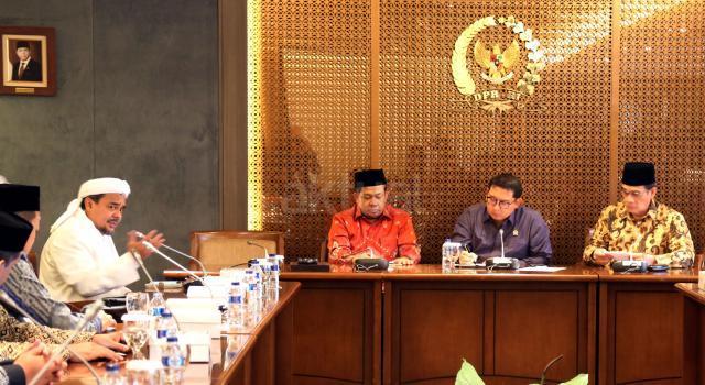 Imam Besar FPI Rizieq Syihab saat berdiskusi dengan Wakil Ketua DPR Fadli Zon dan Fahri Hamzah.