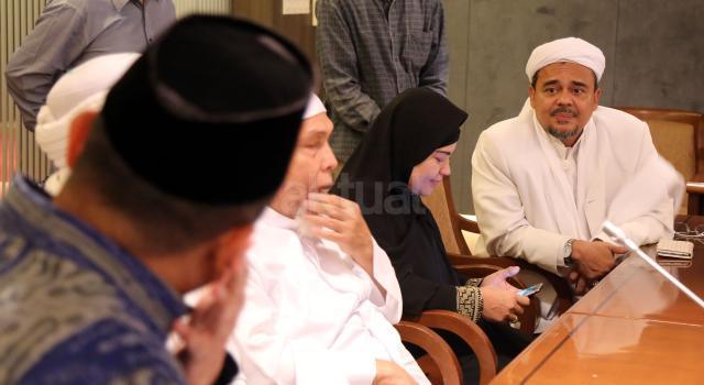 Imam Besar FPI Rizieq Syihab berbincang dengan Ketua Gerakan Nasional Pengawal Fatwa Majelis Ulama Indonesia (GNPF MUI) Ustaz Bachtiar Nasir. AKTUAL/Tino Oktaviano