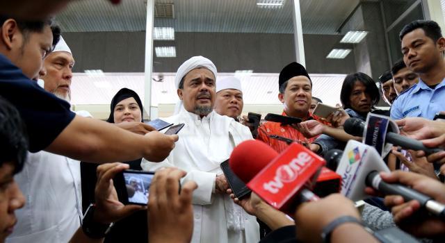 Imam Besar FPI Rizieq Syihab didampingi Wakil Ketua DPR Fahri Hamzah menjawab pertanyaan wartawan saat datang di gedung DPR, Senayan, Jakarta, Rabu (11/1/2017). Kedatangan Rizieq itu untuk menyampaikan aspirasi. AKTUAL/Tino Oktaviano