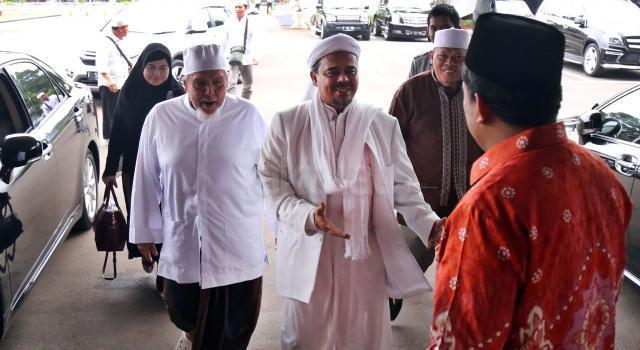 Imam Besar FPI Rizieq Syihab disambut Wakil Ketua DPR Fahri Hamzah saat datang di gedung DPR, Senayan, Jakarta, Rabu (11/1/2017). Kedatangan Rizieq itu untuk menyampaikan aspirasi. AKTUAL/Tino Oktaviano
