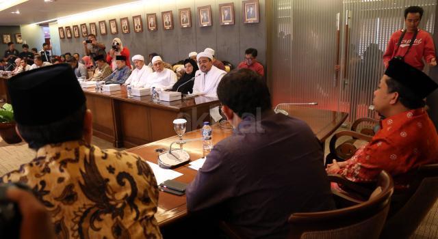 Imam Besar FPI Rizieq Syihab saat berdiskusi dengan Wakil Ketua DPR Fadli Zon dan Fahri Hamzah. AKTUAL/Tino Oktaviano
