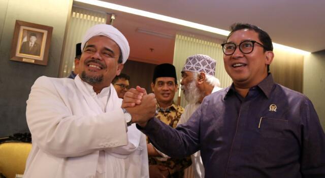 Imam Besar FPI Rizieq Syihab bersalaman dengan Wakil Ketua DPR Fadli Zon sebelum pertemuan di gedung DPR, Senayan, Jakarta, Rabu (11/1/2017). Kedatangan Rizieq itu untuk menyampaikan aspirasi. AKTUAL/Tino Oktaviano