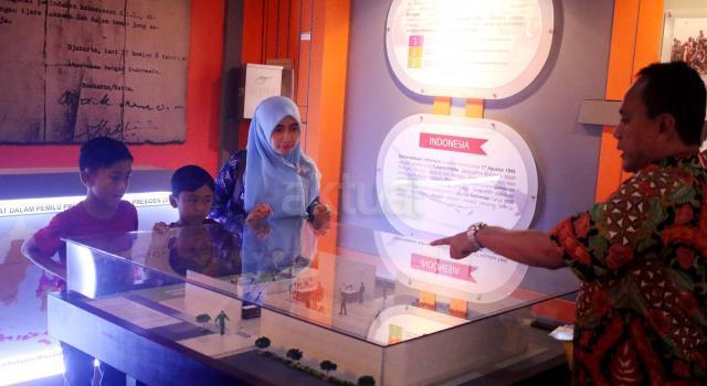 Pengunjung mengamati dioarama terkait pemilu di Rumah Pintar Pemilu, Gedung KPU Pusat, Jakarta, Selasa (10/1/2017). Rumah Pintar Pemilu merupakan galeri dan pusat informasi terkait kepemiluan yang bisa dikunjungi masyarakat sehingga meningkatkan pemahaman pentingnya pemilu dan pentingnya memberikan suara pada pelaksanaan pemilu. AKTUAL/Munzir