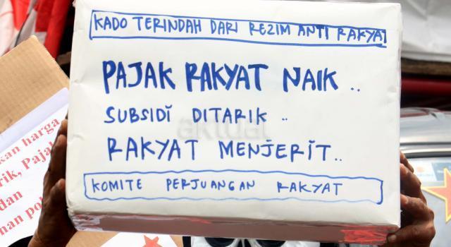 Ratusan buruh yang dari berbagai elemen organisasi melakukan aksi didepan Istana Merdeka, Jakarta, Rabu (11/1/2017). Dalam aksinya para buruh sangat menyesalkan sikap pemerintahan Jokowi/JK yang telah memberikan kado tahun baru dengan menaikan sejumlah harga barang dan para buruh juga menolak segala bentuk kenaikan harga barang (TDL, BBM dan Sembako). AKTUAL/Munzir