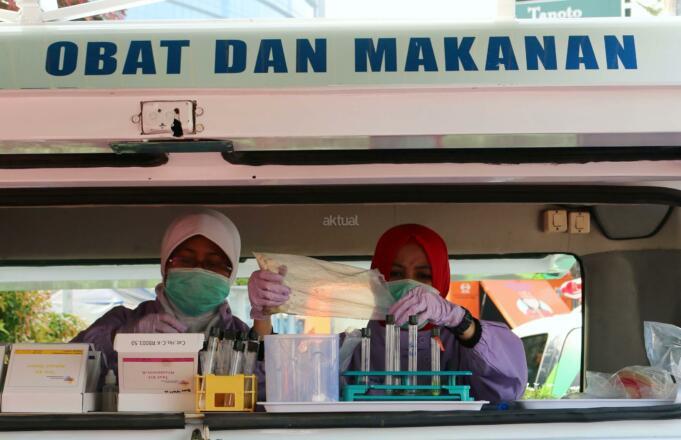 Badan Pengawas Obat dan Makanan (BPOM) melakukan aksi sosial di area car free day di Bundaran HI, Jakarta, Minggu (26/2/2017). Dalam aksi ini, BPOM mengingatkan pentingnya masyarakat untuk peduli obat dan pangan aman. AKTUAL/Munzir