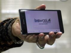 Pimpinan Bawaslu RI Nasrullah menunjukan aplikasi Bawaslu Tv saat acara pelunucuran TV Streaming Bawaslu di ruang rapat Bawaslu RI, Jakarta, Senin (13/2/2017). TV Bawaslu hanya menginformasikan berita-berita seputar kegiatan pemilu dan kegiatan yang terkait dengan demokrasi. TV Bawaslu dibuat dalam format streaming dikarenakan frequensi TV di Indonesia sudah dibatasi, dan sudah tidak tersedia lagi. AKTUAL/Munzir
