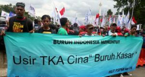 Ribuan buruh yang tergabung dalam Konfederasi Serikat Pekerja Indonesia (KSPI) melakukan aksi long march menuju Istana Merdeka, Jakarta, Senin (6/2/2017). Dalam aksinya ribuan buruh Konfederasi Serikat Pekerja Indonesia (KSPI) menolak keberadaan Tenaga Kerja Asing (TKA) China Ilegal. AKTUAL/Munzir