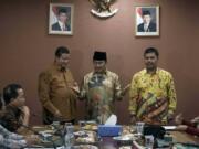 Ketua Bawaslu RI Muhammad (kiri), Ketua DKPP Jimly Asshidiqqie (tengah), Ketua Komisi Pemilihan Umum (KPU) Juri Ardiantoro (kanan) bersalam bersama saat pertemuan Tripartit di Ruang Rapat DKPP RI, Gedung Bawaslu, Jakarta, Kamis (23/2/2017). Pertemuan tersebut terkait dengan Pilkada serentak 2017. AKTUAL/Munzir