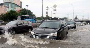 Sejumlah kendaraan menerobos banjir yang merendam di depan kampus Trisakti dan Untar,Grogol, Jakarta, Selasa (21/2/2017). Badan Nasional Penanggulangan Bencana (BNPB) menyebutkan bahwa ada 54 titik banjir yang tersebar di wilayah Jakarta dengan ketinggian bervariasi. AKTUAL/Munzir