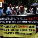 Sejumlah aktivis dari berbagai elemen yang tergabung Front Perjuangan Rakyat (FPR) menggelar aksi di depan kedutaan Amerika Serikat, di Jakarta, Senin (6/2/2017). Mereka mengutuk kebijakan Presiden Amerika Donald Trump dan mendesak agar mencabut kebijakan warga 7 negara muslim yang dilarang masuk ke Amerika. AKTUAL/Munzir