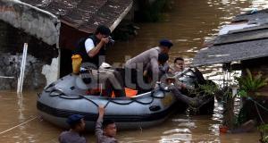 Debit air banjir di Cipinang Melayu, Jakarta Timur masih belum menurun. Petugas menggunakan perahu karet untuk meminta warga mengungsi. AKTUAL/Munzir