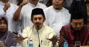Ketua GNPF - MUI Ustadz Bachtiar Nasir (tengah) dan bersama para pimpinan ormas Islam menggelar jumpa pers di kantor MUI Pusat, Jakarta, Jumat (3/2/2017). Dalam jumpa persnya Gerakan Nasional Pengawal Fatwa Majelis Ulama Indonesia (GNPF-MUI) mengecam keras kepada terdakwa kasus penodaan agama oleh Basuki Tjahja Purnama (Ahok) dan penasihat hukumnya atas sikap penghinaan mereka terhadap ulama khususnya KH. Makruf Amin dan menuntut agar terdakwa Basuki Tjahja Purnama (Ahok) ditahan selama proses hukum dan dihukum maksimal atas perbuatannya. AKTUAL/Munzir