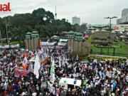 Ratusan ribu umat muslim yang tergabung dalam Forum Umat Islam (FUI) melakukan aksi bela Islam 212 jilid II di Gedung DPR/MPR, Senayan, Jakarta Pusat. Selasa (21/2). Aksi ini digelar untuk mendesak DPR dan memberi peringatan keras kepada pemerintah agar segera mencopot jabatan Basuki Tjahaja Purnama alias Ahok sebagai Gubernur DKI Jakarta. Selain itu, dalam aksi ini demonstran juga menyuarakan penolakan atas dugaan kriminalisasi yang dilakukan Polri terhadap sejumlah ulama. AKTUAL/Tri/Rendra