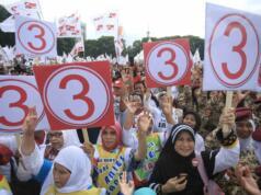 Massa membawa atribut kampanye pasangan no urut 3 Anies Baswedan dan Sandiaga Uno saat kampanye akbar di Lapangan Banteng, Jakarta Pusat, Minggu (5/2/2017). Kampanye ini dihadiri berbagai elemen pendukung juga turut hadir meramaikan kampanye akbar Anies-Sandi, seperti tokoh masyarakat dan para relawan pemenangan. AKTUAL/Tino Oktaviano