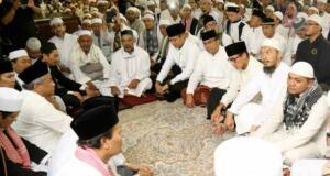 Calon gubernur dan wakil gubernur DKI Jakarta, yakni nomor urut satu Agus Harimurti Yudhoyono (AHY) dan nomor urut tiga Anies Baswedan-Sandiaga Uno mengikuti rangkaian aksi 112 di Masjid Istiqlal, Jakarta Pusat, Sabtu (11/2). AKTUAL/Tino Oktaviano