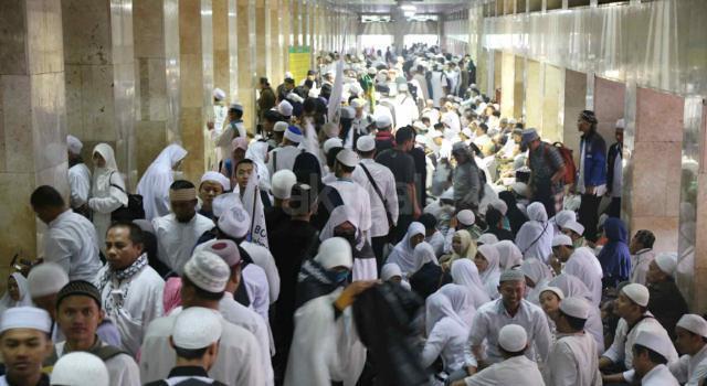 Ratusan Ribu Umat Muslim bergabung mengikuti aksi massa aksi 112 yang terus berdatangan memadati Masjid Istiqlal, Jakarta Pusat, Sabtu (11/2). Masih banyak massa yang baru datang untuk mengikuti salat subuh berjamaah, tausiyah dan zikir. Massa datang seraya mengumandangkan salawat. AKTUAL/Tino Oktaviano