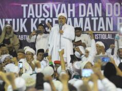 Imam Besar Front Pembela Islam (FPI), Habib Rizieq Shihab memberikan tausiyah saat aksi bela islam 112 di Masjid Istiqlal, Jakarta Pusat, Sabtu (11/2). Dalam tausiyahnya, Habib Riziek meminta kepada seluruh pimpinan politik di Tanah Air, untuk tidak menimbulkan opini buruk terhadap kegiatan dzikir dan tausiyah yang terpusat di Masjid Istiqlal. Khususnya para pemimpin di negeri ini. Jangan sekali-kali memaknai aksi kami sebagai aksi makar, sebagai aksi anti NKRI, aksi anti Pancasila, ataupun aksi anti Bhineka Tunggal Ika. AKTUAL/Tino Oktaviano