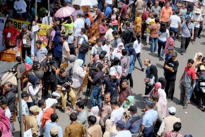 Ratusan warga saat akan melakukan pencoblosan di jalan Matraman, Jakarta Timur, Rabu (15/2). Terdapat 13 tenda yang berdiri di sepanjang jalan Matraman, terlihat masyarakat antuasias menentukan hak pilihnya pada pilkada DKI tahun 2017 ini. AKTUAL/Tino Oktaviano