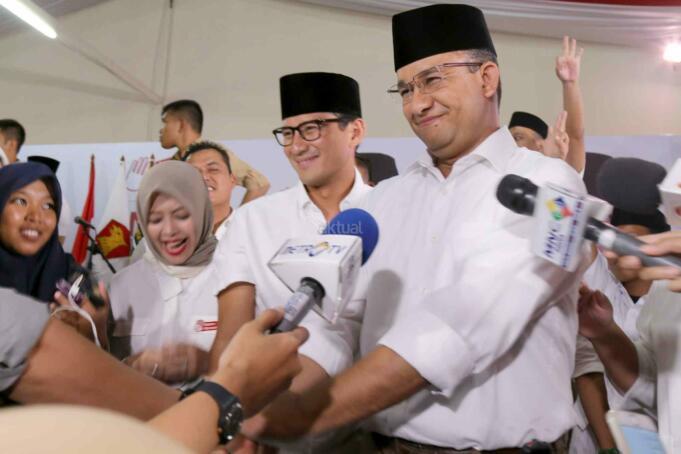 Calon gubernur dan wakil gubernur DKI, Anies Baswedan dan Sandiaga Uno memberikan keterangan di DPP Gerindra, Jakarta, Rabu (15/2). Pilkada DKI merupakan simbol 'pertarungan' dua kekuatan.