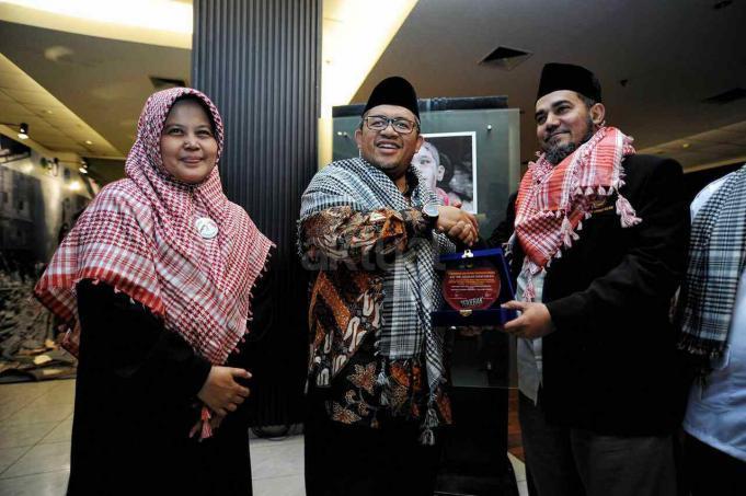 Dewan Syuro PUI sekaligus Gubernur Jawa Barat Ahmad Heryawan (tengah) didampingi Ketua PUI KH Nazar Haris (kanan) dan Ketua Adara Relief Nurjanah Hulwani (kiri) di acara TERJEBAK, di Gedung Pusat Perfilman Usmar Ismail, Kuningan, Jakarta Selatan, Kamis (16/2/2017) malam. AKTUAL/HO