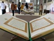 Sejumlah pengunjung mengamati Alquran berukuran raksasa yang dipamerkan di selasar Masjid Istiqlal, Jakarta, Rabu (22/2). Pameran yang digelar dalam rangka perayaan Milad ke-39 Masjid Istiqlal tersebut menampilkan berbagai dokumentasi sejarah, meliputi mushaf Al-Quran, kaligrafi, serta artefak kerajaan Islam di Nusantara. AKTUAL/Tino Oktaviano