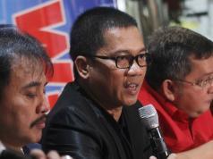 "Tim Pemenangan AHY-Sylvi dari Partai Demokrat Roy Suryo (kiri), Tim Pemenangan AHY Sylvi dari PAN Yandri Susanto (tengah) dan Tim Pemenangan Ahok-Djarot Trimedya Panjaitan (kanan), hadir dalam diskusi yang bertajuk 'Sinema Politik Pilkada DKI"", di Jakarta, Sabtu (18/2). Diskusi yang juga diikuti oleh Founder Lembaga Survey Kedai KOPI Hendri Satrio, Ketua Tim Pemenangan Anies-Sandi dari PKS Mardani Ali Sera, dan Analis Politik LIPI Siti Zuhro, ini selain membahas soal kisruh para pendukung masing-masing pasangan Calon Gubernur dan Wakil Gubernur DKI Jakarta yang banyak terjadi di Media Sosial, dan arah dukungan pasangan AHY-Sylvi pasca tersingkir pada putaran pertama Pilkada DKI Jakarta. AKTUAL/Tino Oktaviano"