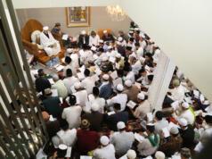 Maulana Syekh Yusri Rusydi Jabr Al Hasani dalam acara pembacaan kitab amin al-I'lam bi anna attasawwuf min syariat al-islam karangan syekh Abdullah Siddiq al-Ghumari di Majelis Zawiyah Arraudah, Tebet, Jakarta Selatan, Sabtu (28/1/2017). AKTUAL/Tino Oktaviano