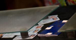 Petugas Bea dan Cukai Bandara Soekarno-Hatta, Cengkareng, mengamankan paket kartu tanda penduduk (KTP) palsu dari Kamboja. Sebanyak 36 KTP palsu itu tidak hanya beralamatkan DKI Jakarta. AKTUAL/Munzir