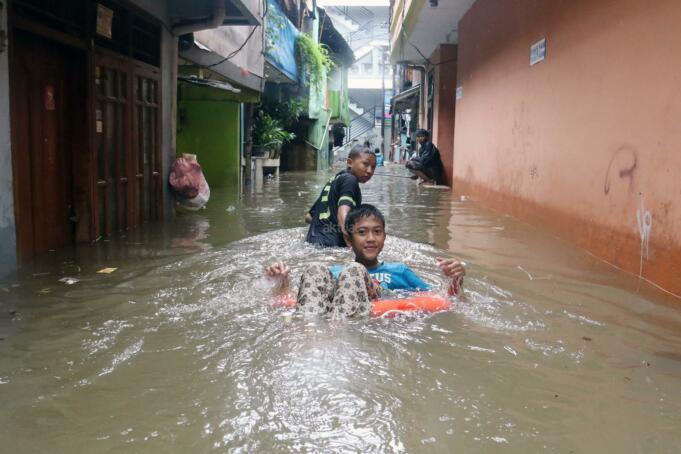 Ratusan rumah terendam banjir yang berada di kawasan Karet, Pasar Baru, Jakarta Pusat, Selasa (21/2/2017). Badan Nasional Penanggulangan Bencana (BNPB) menyebutkan bahwa ada 54 titik banjir yang tersebar di wilayah Jakarta dengan ketinggian bervariasi. AKTUAL/Munzir