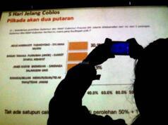 Peneliti Lingkaran Survei Indonesia Denny JA, Ardian Sopa (kanan), memaparkan hasil survei 'Swing Voters dan Golput Penentu Kemenangan' di Jakarta, Jumat (10/2/2017). LSI Denny memaparkan range elektabilitas terbaik dan terburuk 3 pasangan calon di Pilkada DKI Jakarta 5 hari sebelum Pilkada, Agus-Sylvi : 24,6% - 39,4%, Ahok-Djarot : 27,2% - 39,2% dan Anies-Sandi : 25,6 - 38,4%. AKTUAL/Munzir