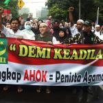 Ratusan ribu umat Islam melakukan aksi long march menuju ke Masjid Istiqal, Jakarta, Sabtu (11/2/2017). Aksi long march ribuan umat Islam membawa berbagai poster dan spanduk yang bertuliskan tolak kriminalisasi Ulama dan haram memilih pemimpina kafir, AKTUAL.COM/Munzir.