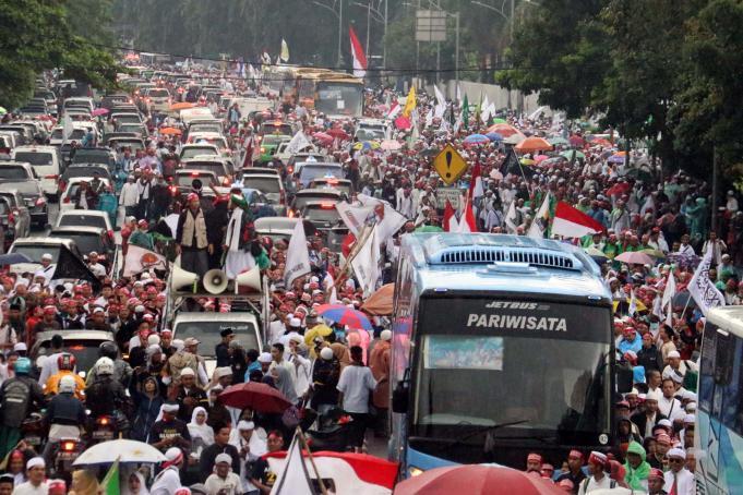 Ratusan ribu umat Islam melakukan aksi long march menuju ke Masjid Istiqal, Jakarta, Sabtu (11/2/2017). Kegiatan aksi 112 ini digelar di Masjid Istiqlal dengan agenda zikir dan tausiyah nasional, Aktual.com/Munzir.