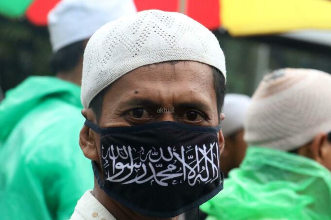 Ratusan umat muslim dari berbagai elemen melakukan aksi didepan Mapolda Metro Jaya, Jakarta, Rabu (1/2/2017). Dalam aksinya ratusan umat muslim melakukan mengawal Imam Besar FPI, Panglima LPI Munarman dan Ketua GNF-MUI Bachtiar Nasir untuk dimintai keterangannya terkait kasus pemufakatan makar yang menjerat Sri Bintang Pamungkas. AKTUAL/Munzir